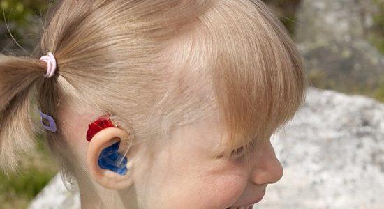 Nina-rubia-audifono-infantil-600x300